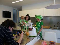 Odile Fernández, autora de 'Mis recetas anticáncer', con sus dos hijos durante la grabación del booktrailer de 'Mis recetas de cocina anticáncer'. Odile Fernandez, Recetas Anticancer, Two Daughters, Sons, Cooking Recipes, Author