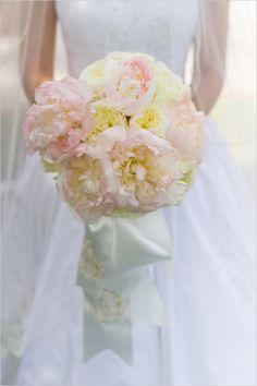 peony and garden rose bouquet @weddingchicks