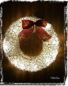 paperinaru valokranssi Seasonal Decor, Holiday Decor, Door Wreaths, Holidays And Events, Christmas Bulbs, Candles, Lights, Knitting, Crafts