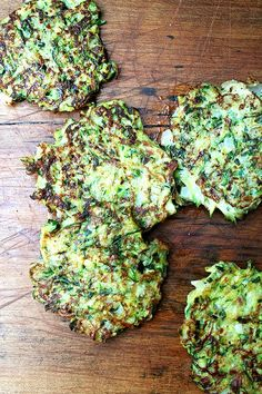 Zucchini Fritters with Tzatziki - a pleasant, light fritter. Can you ever go wrong putting tzatziki with fresh veggies? Great Recipes, Favorite Recipes, Healthy Recipes, Easy Recipes, Zuchinni Fritters, Potato Fritters, Comida Fusion, Good Food, Yummy Food