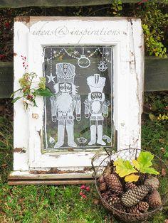 Weihnachts-Gartendekoration mit Kreidemarkern auf altem Fenster chalk painting on old window for your Christmas garden