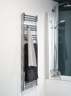 Joy handdukstork är en stilfull kombitork som finns i tre storlekar och i färgerna krom och matt vit. Den korta modellen passar perfekt ovanför toaletten i det lilla badrummet. 2 st flyttbara handduksknoppar ingår alltid. Handdukstorken kan anslutas till el, kopplas in på vattenburet system eller till båda två.
