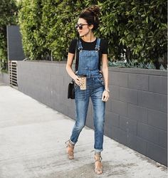 jardineira jeans tshirt preta salto nude