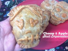 What a fun idea, skull empanadas! Dia de los Muertos / 25 Day of the Dead Recipes To Die For! Day Of The Dead Party, Apples And Cheese, Apple Filling, Mexican Cheese, Yummy Food, Simple Crafts, Halloween Snacks, Halloween 2017, Halloween Stuff