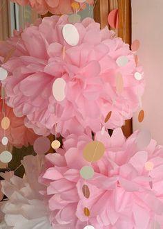 Papeles Pequeños - Pompones de papel de seda + guirnalda de circulitos Barbie Party, Benoit, Birthday Parties, Crafts, Pom Poms, 15 Years, Paper Pom Poms, Paper Envelopes, Circle Garland
