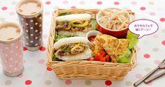 寒い季節のマンネリしがちなおうちデートには、部屋でカフェ気分を楽しめるお弁当が新鮮!   Rice burger and mayo burdock salad