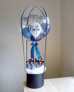 Navy and White hot air balloon bouquet filled with Snicker bars Balloon Box, Balloon Gift, Balloon Bouquet, Air Balloon, Birthday Balloon Decorations, Birthday Balloons, Candy Bouquet Diy, Balloon Pictures, Flower Box Gift