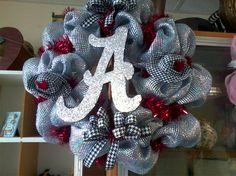 Ok Sister, we've got to get to working on a Roll Tide wreath. Football Wreath, Alabama Football, College Football, Alabama Wreaths, Fall Crafts, Diy Crafts, Spirit Gifts, Sweet Home Alabama, Alabama Crimson Tide