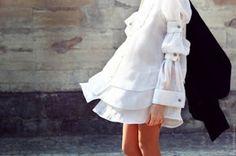 vestido blanco con doble botonadura en las mangas, muy original y chic.