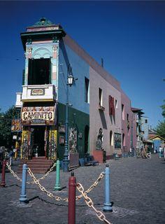 De prachtige fel gekleurde huizen in de wijk La Boca, Buenos Aires