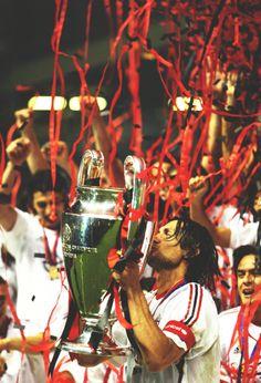 Só dois clubes tem mais títulos de Champions League que Paolo Maldini (5): Real Madrid e Milan. Lenda.