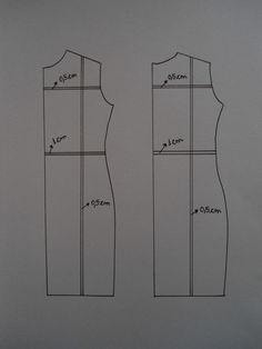 Para reduzir o molde de um vestido, trace uma linha na vertical, do meio do ombro até a barra. Trace uma linha na horizontal, no meio da cava e outra na linha da cintura. Dobre nas linhas, diminuindo 0,5 cm na cava, 1 cm na cintura e 0,5 cm na linha do ombro a barra. Para aumentar, trace uma linha na vertical, do meio do ombro até a barra. Trace uma linha na horizontal, no meio da cava e outra na linha da cintura. Corte nas linhas e cole em outro papel aumentando 0,5 cm na cava, 1 cm na…