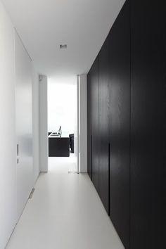 Minimalist Interior, Minimalist Home, Modern Interior, Home Interior Design, Interior Architecture, Interior And Exterior, Casa Milano, Hallway Storage, Wardrobe Doors