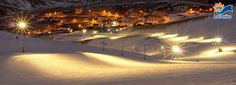 NL. Las Leñas bij nacht: mogelijkheid om nachtskiën te beoefenen. FR. Las Leñas par nuit: possibilité pour faire du ski nocturne DE. Las Leñas bei Nacht: Moglichkeit zu Nachtskifahren. EN. Las Leñas by night: possibility to ski at night.