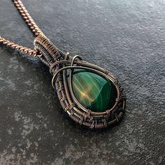 Koperen ketting hanger Mens rustieke Wire Jewelry verpakt Malachiet voor mannen. Deze ketting van koperdraad heeft zijn geoxideerd om een antieke gevoel te geven. Het is al Wire Wrapped met behulp van een groen Malachiet edelsteen en is handgemaakt met behulp van alleen de hoogste