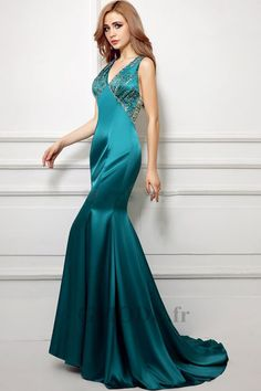 16c224208de Robe verte de soirée col en v avec perle traîne moyenne