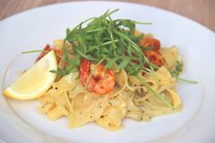 Pasta with onion, cream, rocket, and prawns fried in garlic and red pepper - Pasta met ui, room, rucola en in knoflook gebakken garnalen