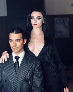 Joe Jonas and Sophie Turner transform into Gomez and Morticia Addams for Halloween Adams Family Kostüm, Adams Family Halloween, Couples Halloween, Cute Couple Halloween Costumes, Pop Culture Halloween Costume, Halloween Outfits, Diy Halloween, Halloween 2018, Halloween Costumes Wednesday Adams
