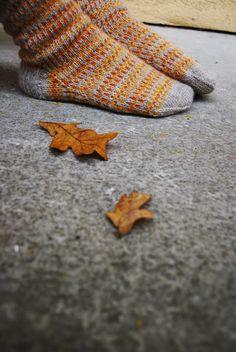 """Oktober tog med sig alla löv. Lämnadevärldens grundfärgerpå betongens grå.         Garn : Hjertegarn i färgernabeige """"sock 4"""", gul och or..."""
