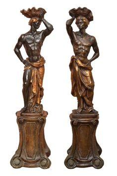Par de black-a-moors modelados em plâtre pintado e dourado, assinados por Jordi. Cada qual está disp