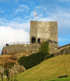 Robert de Lacy began to build a stone castle at Clitheroe around 1120.