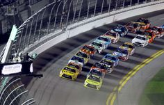 © AP Photo/David Graham Matt Kenseth (20) and Kyle Busch (18) lead the field at the start of the second of two qualifying races for Sunday's NASCAR Daytona 500 Sprint Cup series auto race at Daytona International Speedway in Daytona Beach, Fla., Thursday, Feb. 18, 2016.