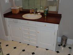 Este es un mueble para el baño, hecho a medida. Los materiales son madera tropical para la tapa y madera de pino de Valsaín, para puertas y cajones