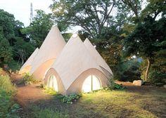 Ce groupe de structures en forme de tente ou de tipi a été conçu par l'architecte basé à Tokyo, Issei Suma afin de fournir des repas et l'hébergement aux personnes âgées d'une petite communauté japonaise.  Appelé Jikka, le petit complexe est composé de cinq structures pointues, contenant un assortiment d'équipements dont un bassin en forme de spirale et une cuisine spacieuse. Situé sur un site rural dans la région montagneuse de la Préfecture de Shizuoka du Japon, ce complexe offre des...