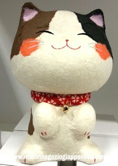 Maneki neko in ceramica copoerto in carta giapponese a patchwork  #ManekiNeko http://www.midorinegoziogiapponese.com/maneki-neko