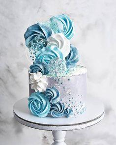 White Blue Cake. Pretty Cakes, Cute Cakes, Beautiful Cakes, Amazing Cakes, Buttercream Designs, Buttercream Cake, Blue Birthday Cakes, Meringue Cake, Crazy Cakes