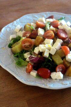 Apesar de poder não ser tempo de saladas, esta é uma versão para dias mais frios, com batata doce assada no forno, queijo, e tomate e u...