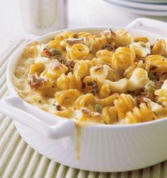 Keitä pasta suolalla maustetussa vedessä puolikypsäksi. Ruskista jauheliha sekä hienonnetut sipulit. Mausta seos suolalla ja sokerilla. Lisää...
