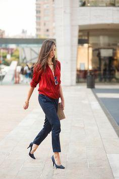 dresscode casual chic frau rot und blau kombination outfit blaue  absatzschuhe elegante dame Rote Schuhe Outfit bfbb7e6974