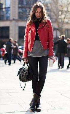 calça preta camiseta cinza jaqueta couro vermelha