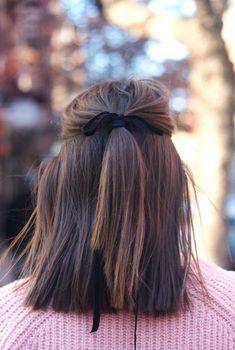 une coiffure simple cheveux mi long à demi queue de cheval attachée avec ruban noir