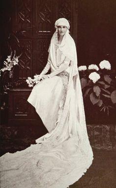 Bodas 1920's // 1920's wedding Delirio por los años 20`s No puede ser mas bonita esta foto, preciosa cola y maravillosa novia #boda1920 #noviaretro #vintage