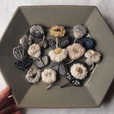 【布博in東京vol.10 ブローチ博 & 耳飾りパーティー出品者:acou:】 フランスの伝統的な「オートクチュール刺繍」の技法を用いて紡ぎ出されたacou:(アク)の刺繍アクセサリー。糸の重なりによって生まれるふわふわとした質感の花びらは、思わず触れてしまいたくなる愛らしさです。白やグレーなどのシンプルでやわらかな色使いの花々は、甘くなりすぎず、上品な女性らしさを引き出してくれます。 ▶︎詳しくはプロフィールページのリンク「今日のお手紙」→「布博」公式サイト→acou:へ #布博#nunohaku#手紙社#手紙舎#テキスタイル#刺繍#織り#手芸#オートクチュール刺繍#textile#textiles#fabrics#fabric#design#cloth#embroidery#handcraft##ブローチ#耳飾り#ピアス#イヤリング#アクセサリー#acou: