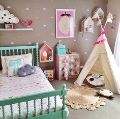 couleur chambre enfant- tons pastel, tipi, tapi rond et lit turquoise