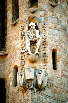 Carving of Apostle Bartholomew on Passion Facade, Sagrada Família Antoni Gaudi, Barcelona Travel, Michelangelo, Cathedrals, Art History, Interior Architecture, Facade, Art Nouveau, Scotland