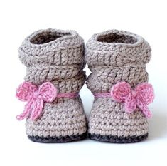 Make a cute pair of baby shoes. Baby Boots -Favorite Baby Shoes Crochet Patterns - Adorable - A More Crafty Life Crochet Ruffle, Crochet Boots, Crochet Baby Booties, Crochet Slippers, Cute Crochet, Crochet For Kids, Crochet Crafts, Crochet Projects, Knit Crochet