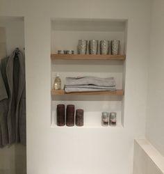 Inspiratie | badkamer | houten plankjes | met | zwarte | mandjes ...