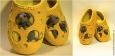 Для валяния тапочек в виде сыра нам понадобятся: шерсть меринос (австралийский), примерно 200 гр.; шерсть кардочес для мышек, примерно 100 гр.; материал (сетка); пряжа для обвязки; крючок; шаблон из подложки; бамбуковый коврик; массажный ролик; перчатки; мыльная вода; пульверизатор для воды; пленка ПВХ; полотенце; бусинки для глаз. 1. Делаем шаблон. Для начала определимся с размером изделия.