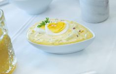 PÅSKEFARGET MAT: Gul mat passer perfekt på påskebordet, men denne enkle eggesalaten er like god hele året, og holder seg flere dager i kjøleskapet.