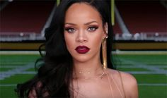 Stephen Colbert turns into Super Bowl 50 referee, between Rihanna and Jim Nantz in a CBS promo, for the game and the Grammy Awards. Estilo Rihanna, Rihanna Style, Rihanna Makeup, Rihanna Fenty, Smokey Eye Red Lips, Grammy Awards 2016, Gold Slip Dress, Queens, Red Lip Makeup
