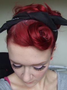 Stay Beautiful: Robyn's Rockin Retro Cheaters Pin-Up Hair Beautiful front curl for rockabily style Pin Up Looks, Rockabilly Mode, Rockabilly Fashion, Natural Hair Styles, Short Hair Styles, Pin Up Hair, Retro Hairstyles, Wedding Hairstyles, Up Girl