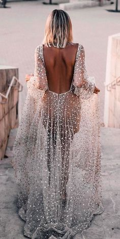 Such a wondrous boho wedding dresses, the lace, the neckline, simply remarkable. This dresses are a hot trend. The best dresses for boho wedding are here. Wedding Dress Low Back, Classic Wedding Dress, Backless Wedding, Wedding Dress Trends, Boho Wedding Dress, Boho Dress, Bridal Dresses, Wedding Gowns, Estilo Boho