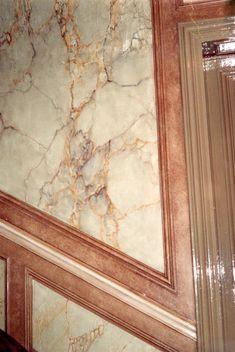 Panneau en faux marbre style jaune de Sienne et chant en patine imitation cuir.