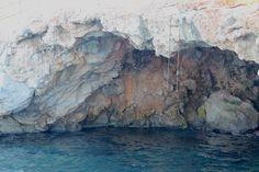grota w skale na wyspie Hydra