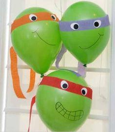 Hoy en día, aun con tantas películas y series modernas, todavía es una excelente idea decorar globos como tortugas ninjas para usar en fiestas infantiles.
