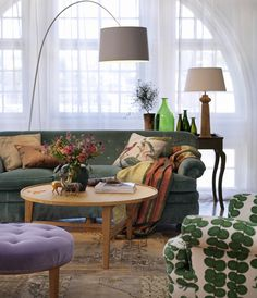 Josef Frank& pattern + a comfortable and relaxed living room + green couch .I have a green couch right now. Josef Frank, Cute Living Room, Living Room Green, Home Interior, Interior And Exterior, Interior Design, Interior Decorating, Snug Room, Sweet Home